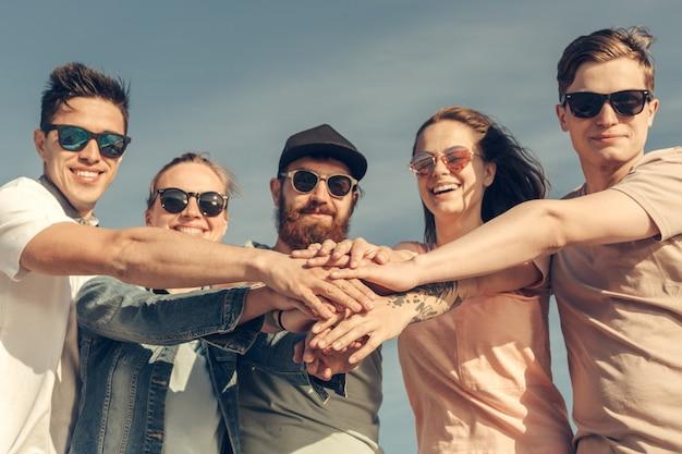 スタック上の手を持つ友人の多民族グループ Premium写真