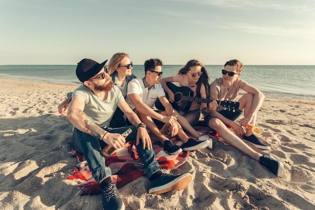 ビーチで楽しんでいる友人のグループ Premium写真
