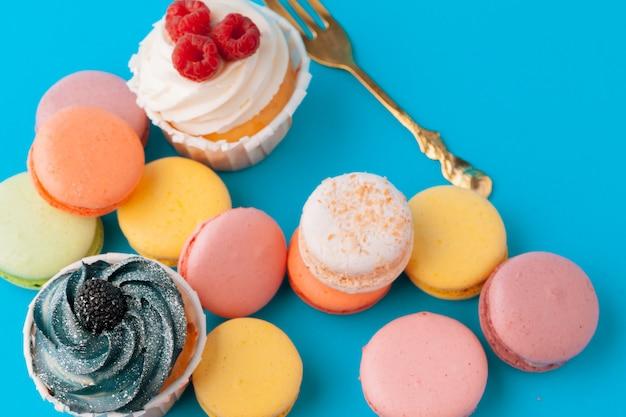 様々なフォンダンカップケーキを食べる準備ができて - 明るくカラフルなセット Premium写真