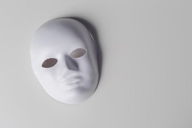 白いマスクをクローズアップ Premium写真