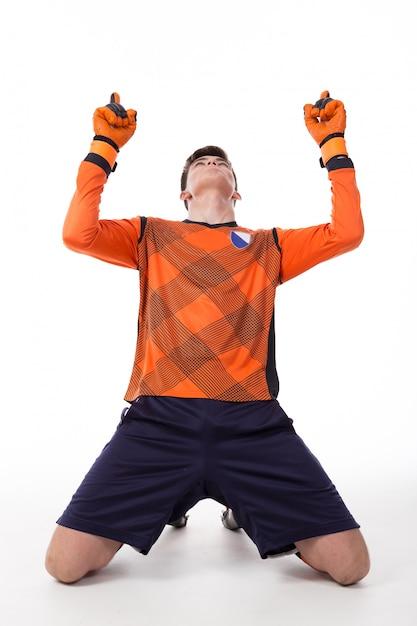 Футболист празднует гол, изолированных в белом Premium Фотографии
