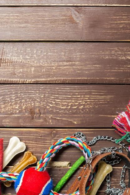 Аксессуары для животных, еда, игрушки. вид сверху Premium Фотографии