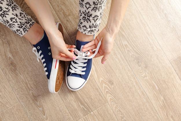 靴ひもを結ぶ女 Premium写真