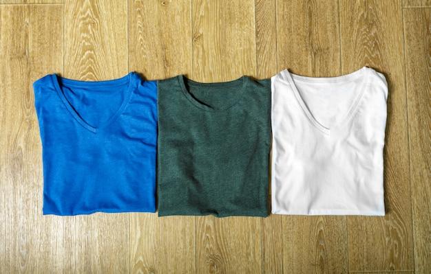 Красочные рубашки на столе Premium Фотографии