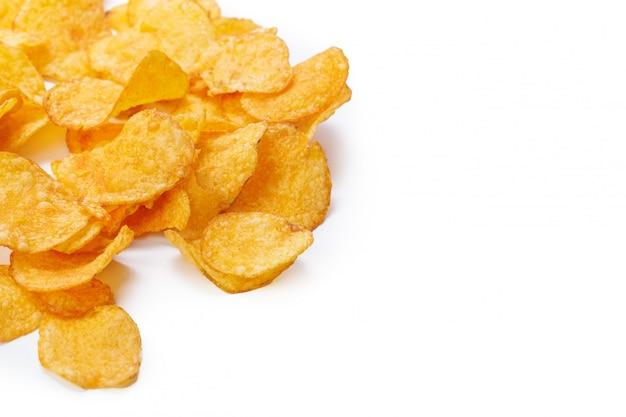 Картофельные чипсы, изолированные на белом Premium Фотографии