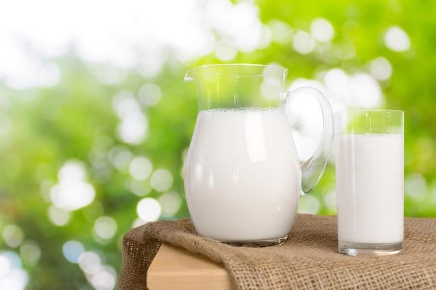 ミルクとグリーンスペース Premium写真