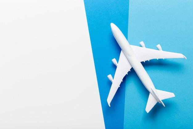 Миниатюрный самолет на тему путешествий Premium Фотографии