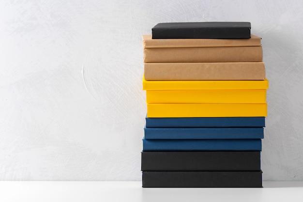 テーブルの上の文庫本の山 Premium写真