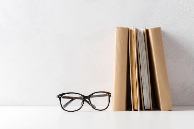 Куча книг в мягкой обложке на столе Premium Фотографии