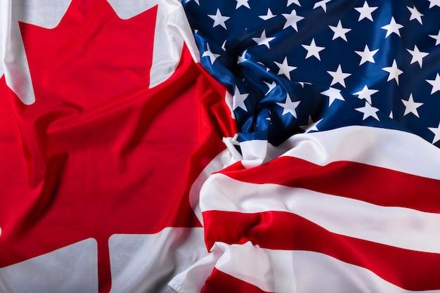 アメリカとカナダの旗 Premium写真