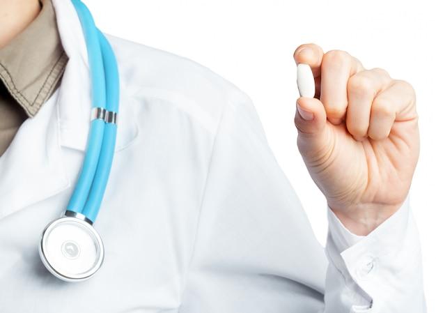 女医が薬を保持しています。白で隔離。 Premium写真