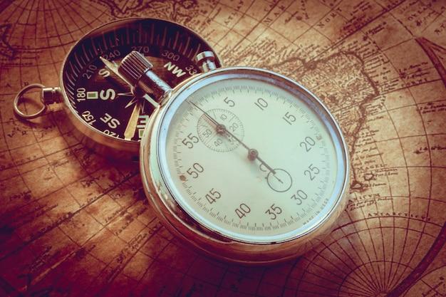 古代の地図上の古いビンテージコンパスと旅行用具 Premium写真