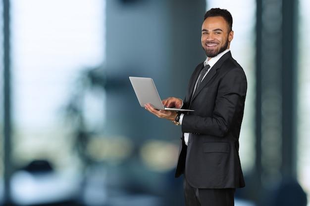 Афроамериканский бизнесмен руководитель компании генеральный директор босс исполнительный Premium Фотографии