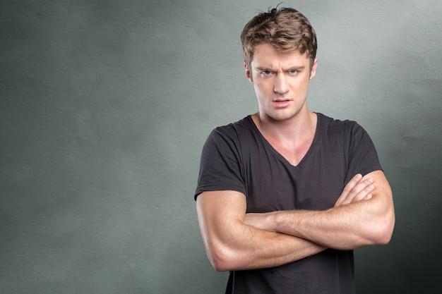 怒りと刺激を表現するカジュアルな若い男 Premium写真