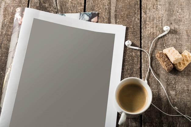 空白の開いた本、パンフレットまたはヴィンテージの木製テーブルの背景の雑誌 Premium写真