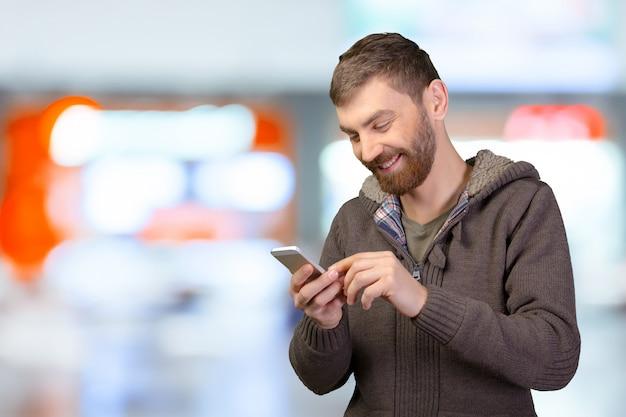 スマートフォンの若い男 Premium写真