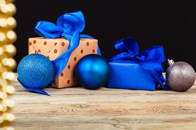 ギフトボックス付きのクリスマステーブルの装飾 Premium写真