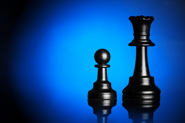 青いバックライト付きの黒のチェスの数字 Premium写真