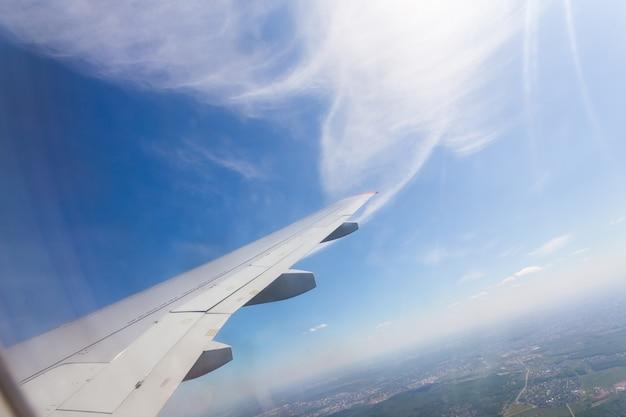 青い空と白い雲と飛行機の窓からの眺め Premium写真