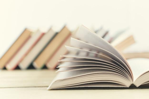 テーブルの上の本の構成 Premium写真