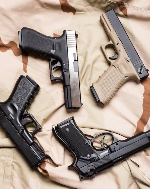 拳銃の山 Premium写真
