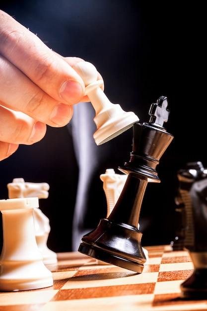 チェスの実業家の手 Premium写真