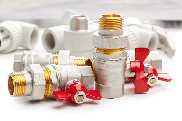 金属プラスチック配管カップリング、アダプター、プラグの分離のセット Premium写真