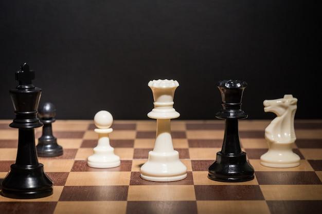 チェス盤にセットされたチェスの駒 Premium写真