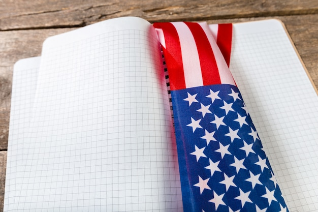 アメリカの国旗の本を開く Premium写真