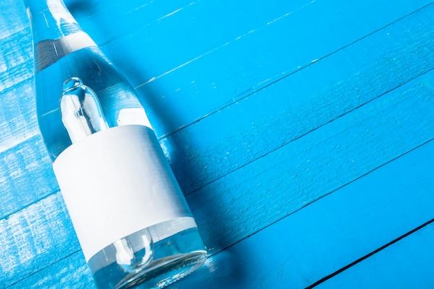木製のテーブルの上の水のボトル Premium写真