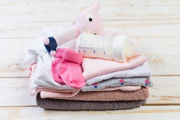 ファッションの流行の服と小さな女の赤ちゃんのための子供のもののセット Premium写真