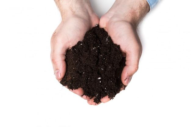 豊富な茶色の土壌の一握り Premium写真