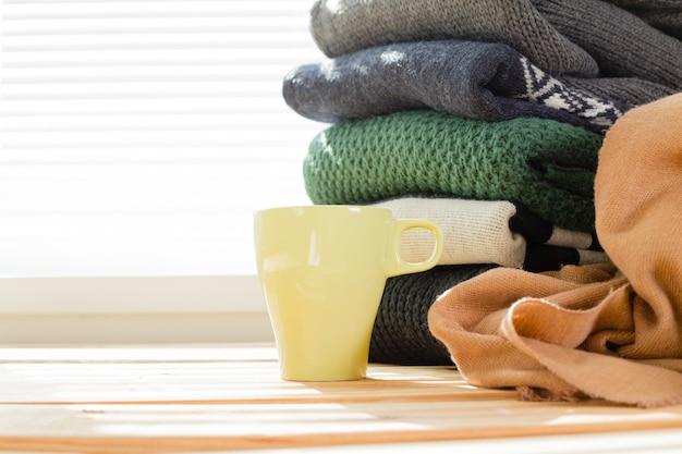 白い居心地の良いニットセーターのスタック Premium写真
