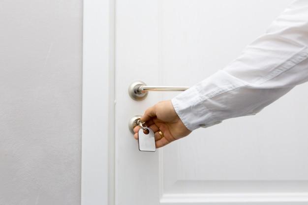 ホテルのドアのコンセプトを開く Premium写真