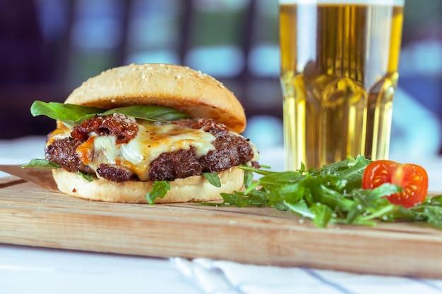Ужин с гамбургером и пивом Premium Фотографии
