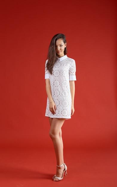 Молодая элегантная женщина, съемка студии моды Premium Фотографии