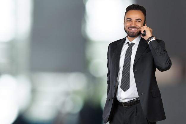 Афро-американский деловой человек, с помощью мобильного телефона Premium Фотографии