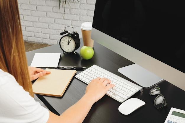 Коммерсантка используя ее компьютер в офисе или дома Premium Фотографии
