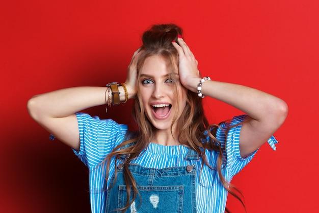 Портрет шокированной женщины Premium Фотографии