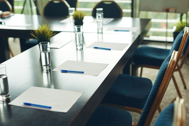 空の椅子と会議室のインテリア Premium写真