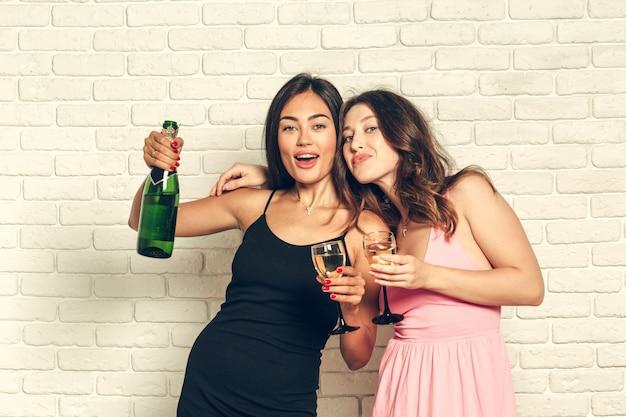 お祝いにシャンパングラスを持つ若い梨花 Premium写真