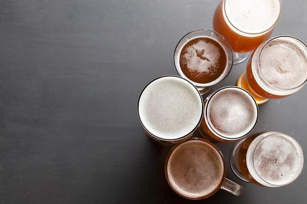 テーブルの上のラガービール Premium写真