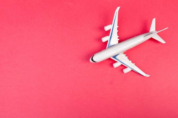 モデル飛行機、パステルカラーの飛行機。フラットレイアウトデザイン。 Premium写真