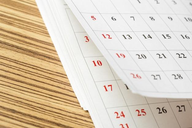 テーブルの上のカレンダー Premium写真
