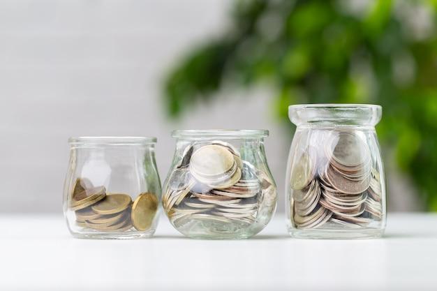 ガラス瓶のコイン Premium写真