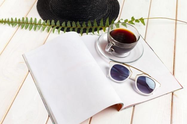 雑誌や木製のテーブルのカタログ。 Premium写真
