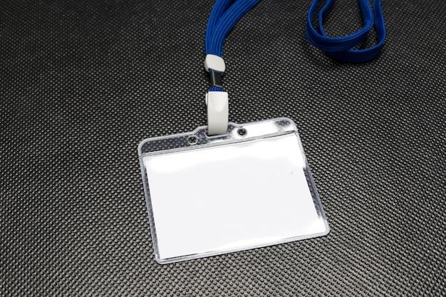 黒に分離された空白バッジモックアップ Premium写真