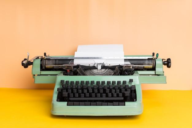 アンティークタイプライター。ビンテージタイプライターマシン Premium写真