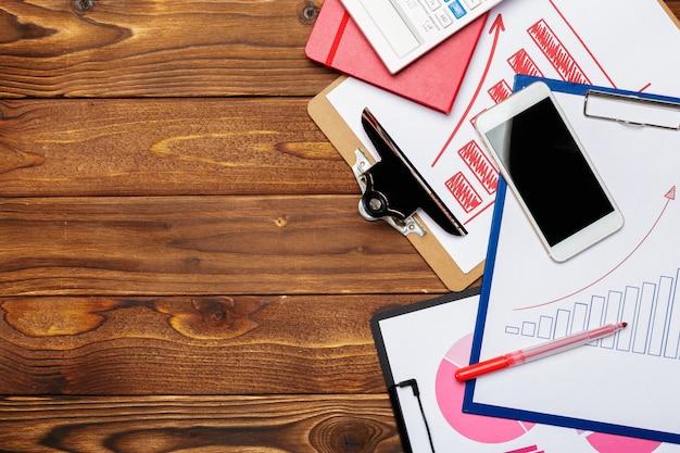 Вид сверху деловой бумаги диаграммы или графика на деревянный стол Premium Фотографии