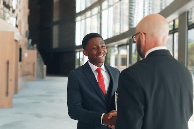 近代的なオフィスのビジネスパートナー Premium写真